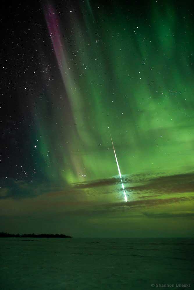 """Meteoro Mágico"". Aurora e cometa nos céus de Manitoba, Canadá. Foto por Shannon Bileski."