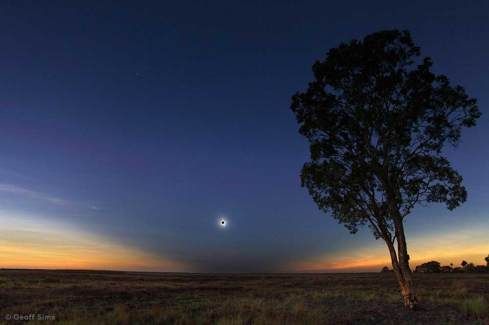 Eclipse solar total de 14 de novembro de 2012 em Queensland, Austrália. Foto por Geoff Sims.