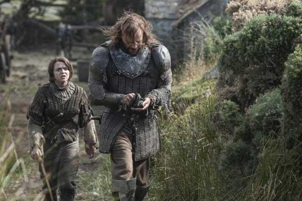 """Arya Stark (Maisie Williams) e Sandor """"Cão de Caça"""" Clegane (Rory McCann)"""