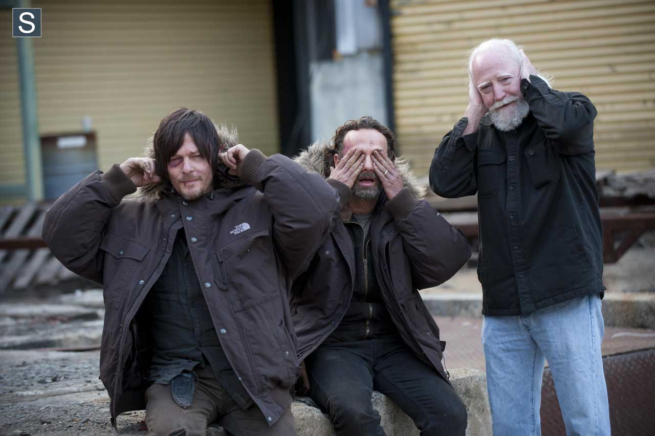 Norman Reedus (Daryl Dixon), Andrew Lincoln (Rick Grimes) e Scott Wilson (Hershel Greene) nas gravações da 4ª Temporada de The Walking Dead.