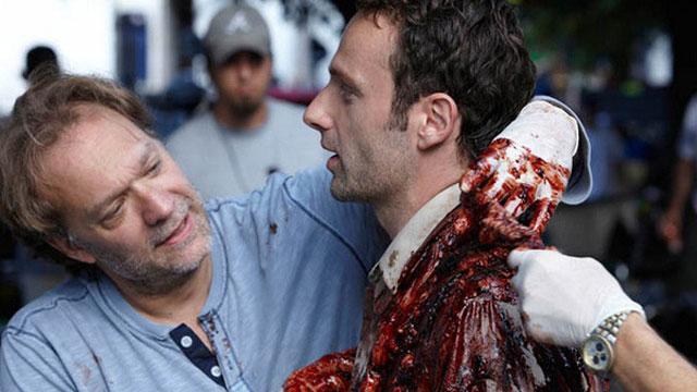 Greg Nicotero, produtor, diretor e chefe de maquiagem e efeitos, com Andrew Lincoln, o Rick, nos bastidores da 1ª temporada de The Walking Dead.
