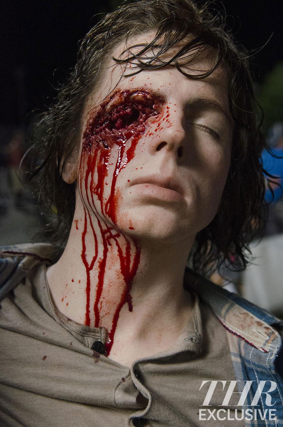the-walking-dead-6-temporada-carl-tiro-olho-maquiagem-04