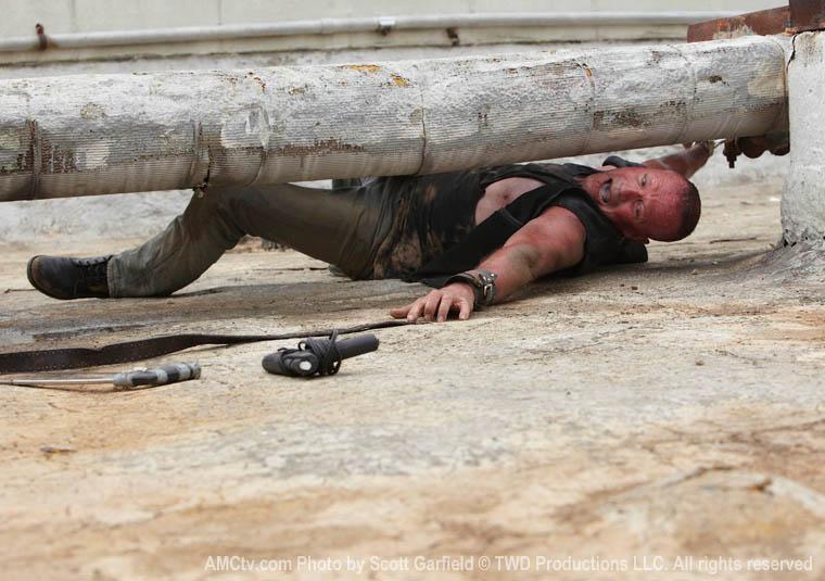 Merle Dixon tentando se soltar, no 3º episódio da 1ª temporada de The Walking Dead.