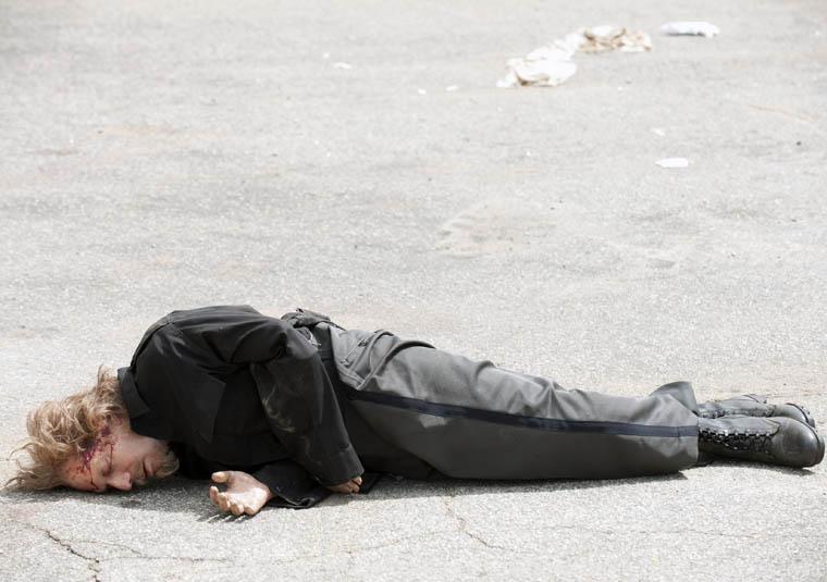 Axel morto, após ter sido baleado na cabeça pelo Governador, no 10º episódio da 3ª temporada de The Walking Dead.