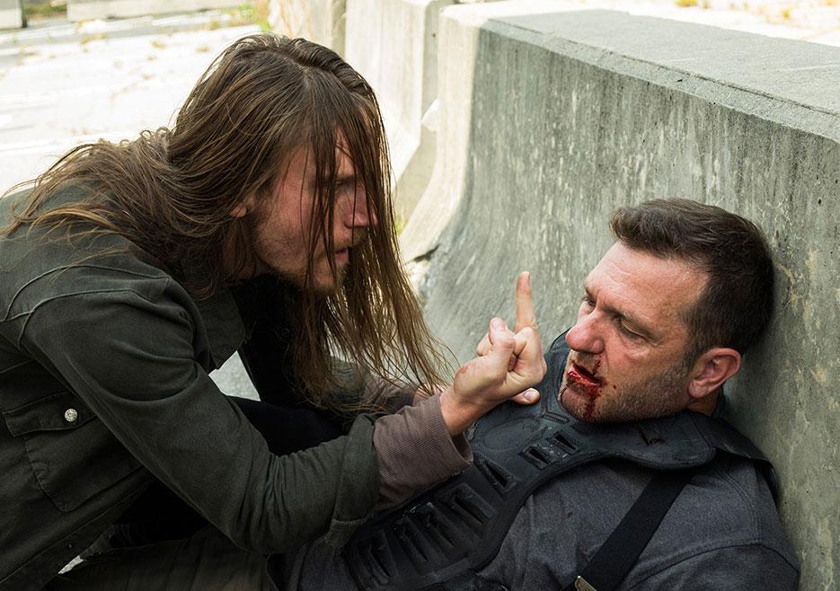 Jared espanca Richard, um dos principais homens de Ezekiel, no 2º episódio da 7ª temporada de The Walking Dead.