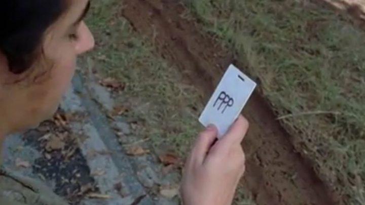 """Tara encontra o cartão com a sigla """"PPP"""", no 6º episódio da 7ª temporada de The Walking Dead."""