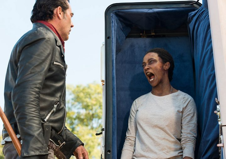 Negan depara com Sasha zumbificada no 16º episódio da 7ª temporada de The Walking Dead.
