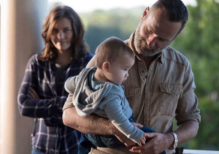 Rick segura Hershel Rhee ainda bebê, no 1º episódio da 9ª temporada de The Walking Dead.