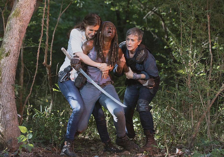 Maggie e Carol seguram Michonne após a explosão da ponte em que Rick estava, no 5º episódio da 9ª temporada de The Walking Dead.