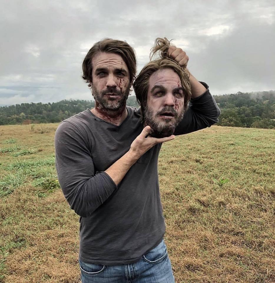Matt Mangum, o ex-Salvador D.J., exibe a prótese de sua própria cabeça decapitada nas gravações da 9ª temporada de The Walking Dead.