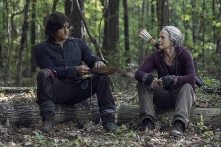 Daryl e Carol conversam sobre pegar a estrada, no 1º episódio da 10ª temporada de The Walking Dead.