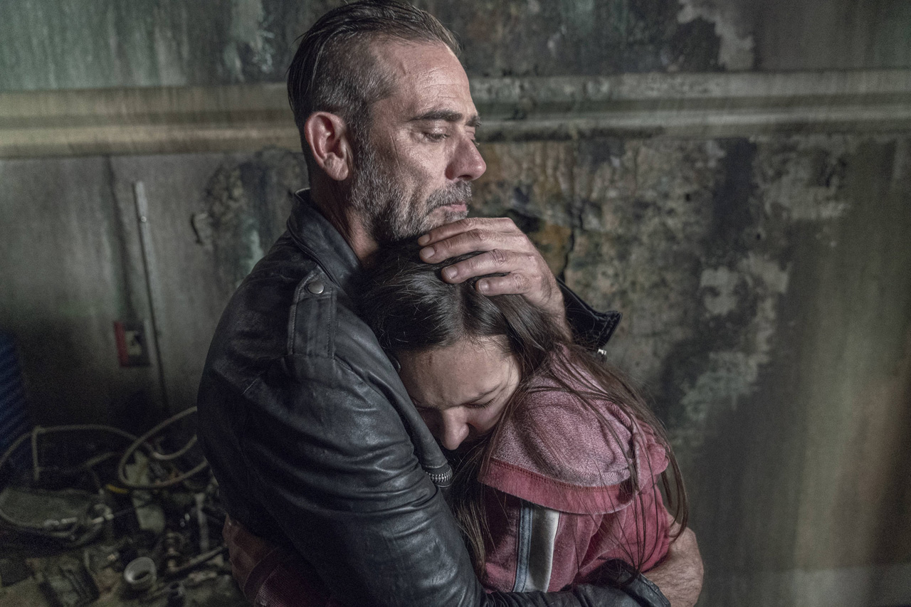 Negan consola Lydia, no 15º episódio da 10ª temporada de The Walking Dead.
