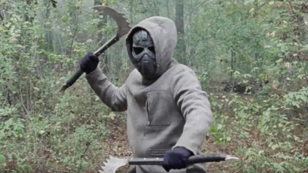 Aaron e Alden encontram uma pessoa mascarada, no 16º episódio da 10ª temporada de The Walking Dead.