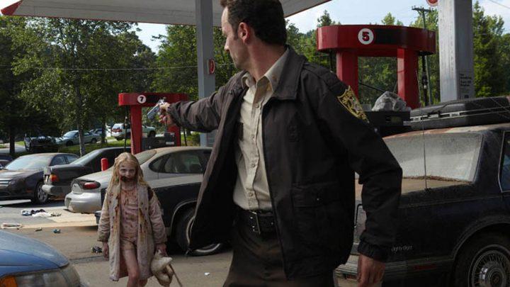 Rick Grimes encara Summer, a zumbi criança, no 1º episódio da 1ª temporada de The Walking Dead.