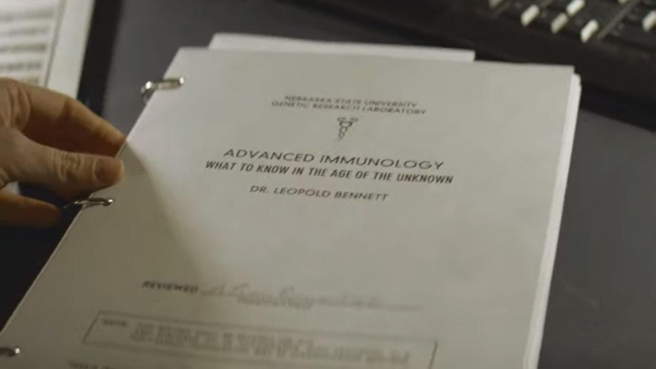A Doutora Lyla Bellshaw analisa o trabalho do Doutor Leo Bennett no 6º episódio da 1ª temporada de The Walking Dead: World Beyond.
