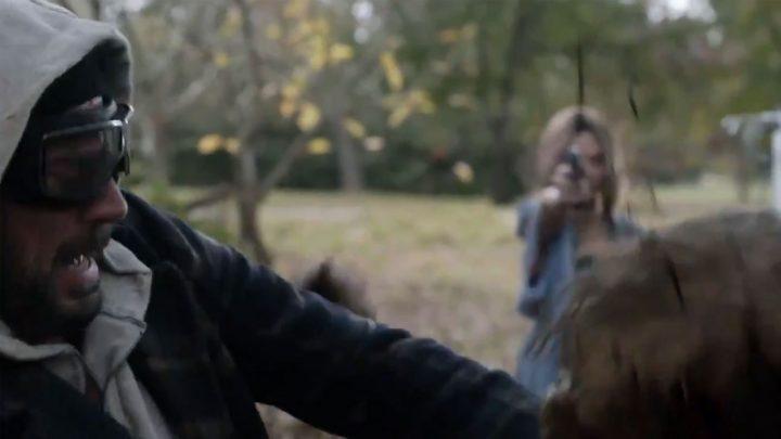 Lucille, a esposa de Negan, atira em um zumbi, no trailer dos episódios extras da 10ª temporada de The Walking Dead.