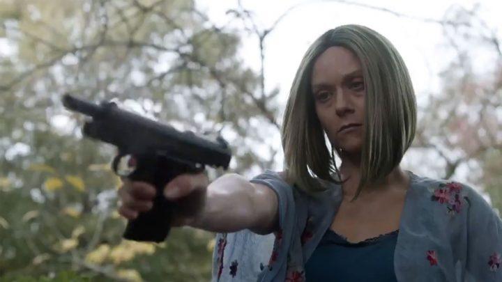 Lucille, a esposa de Negan, após atirar em um zumbi, no trailer dos episódios extras da 10ª temporada de The Walking Dead.