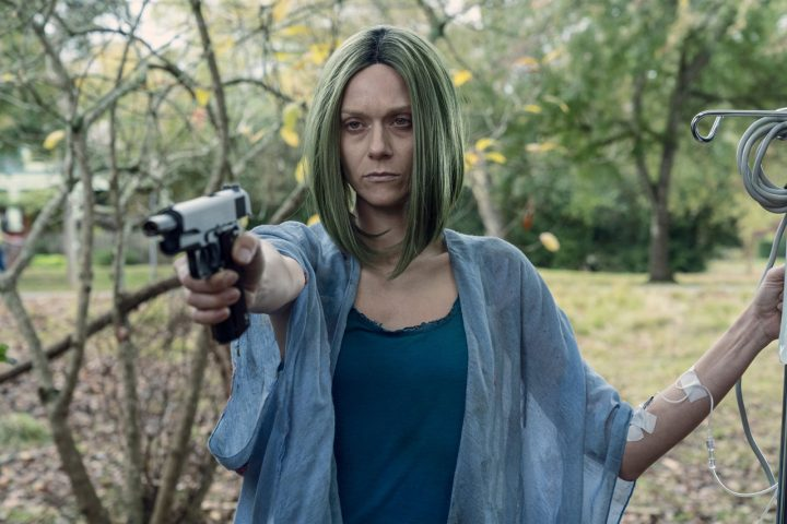 """Lucille, a esposa de Negan, após atirar em um zumbi, no 22º episódio da 10ª temporada de The Walking Dead (S10E22 - """"Here's Negan"""")."""