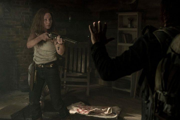 Leah aponta uma arma para Daryl, no 18º episódio da 10ª temporada de The Walking Dead.