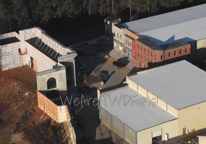 Imagem vazada das gravações da 11ª temporada de The Walking Dead, mostrando uma visão aérea da construção do set para a nova comunidade, Commonwealth.