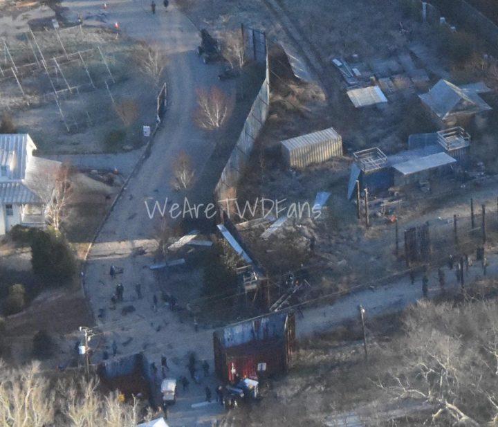 Imagem vazada das gravações da 11ª temporada de The Walking Dead, mostrando uma visão aérea de Alexandria, em dia de gravações.