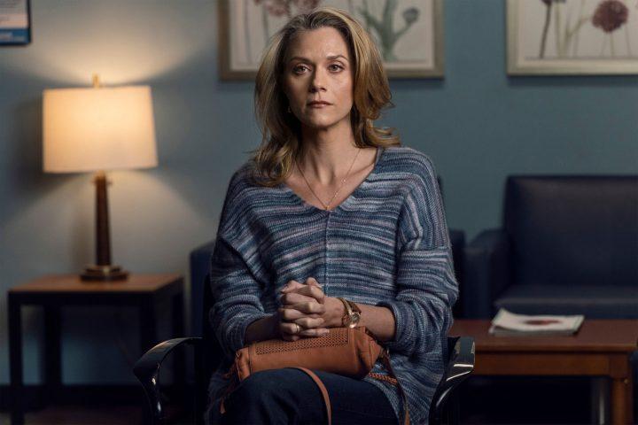 """Lucille recebendo a notícia que tem câncer, no 22º episódio da 10ª temporada de The Walking Dead (S10E22 - """"Here's Negan"""")."""