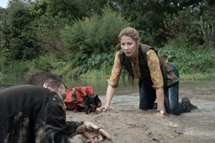 "June encontra John Dorie já zumbificado no 8º episódio da 6ª temporada de Fear The Walking Dead (S06E08 - ""The Door"")."
