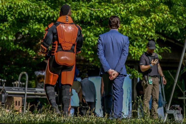 Mercer e novo personagem nos bastidores da 11ª temporada de The Walking Dead (foto 3 de 4).