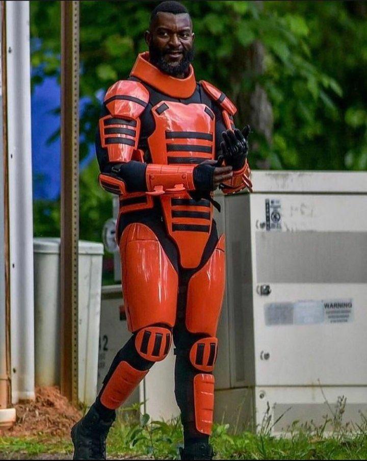 MIchael James Shaw caracterizado como Mercer, nos bastidores da 11ª temporada de The Walking Dead.