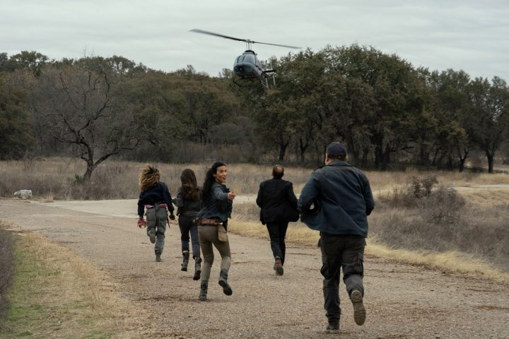 """Sarah, Charlie, Luciana, Jacob, Daniel e o helicóptero da CRM no 16º episódio da 6ª temporada de Fear The Walking Dead (S06E16 - """"The Beginning"""")."""