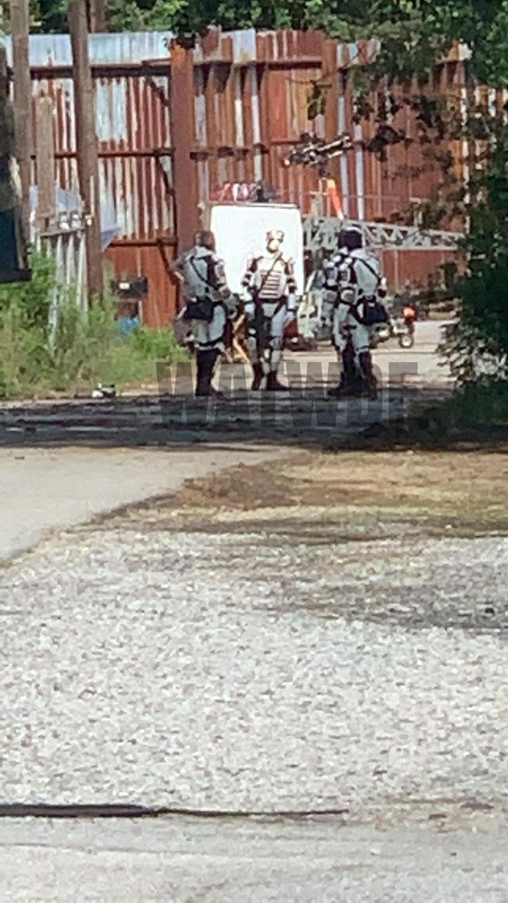 Imagens vazadas da 11ª temporada de The Walking Dead mostram soldados de Commonwealth chegando em Alexandria.