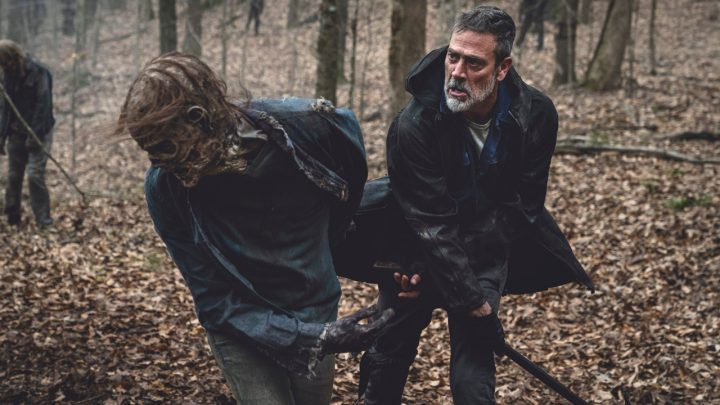 "Negan enfrenta zumbi no 3º episódio da 11ª temporada de The Walking Dead (S11E03 - ""Hunted"")."