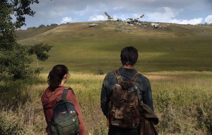 Joel (Pedro Pascal) e Ellie (Bella Ramsay) na primeira imagem oficial da adaptação da HBO de The Last of Us.